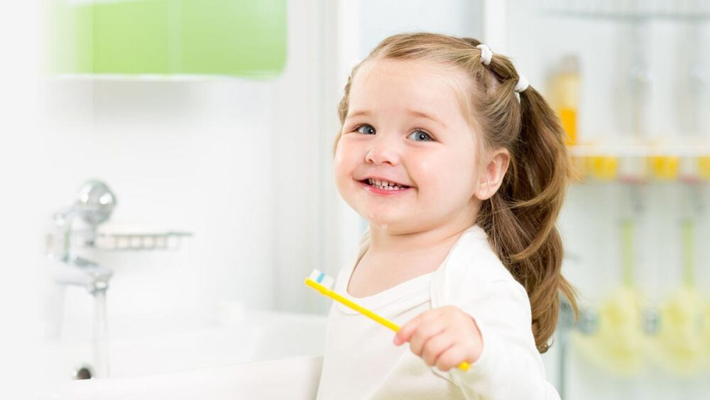 The kid washing teeth